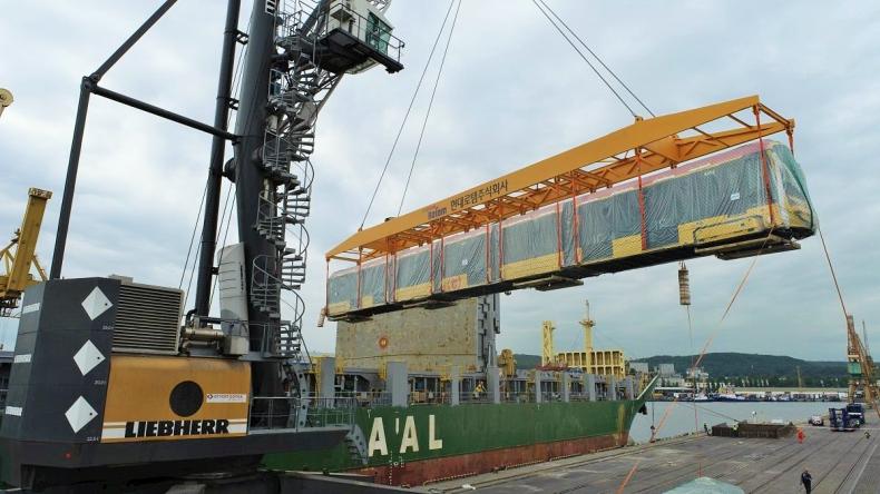 OT Port Gdynia. Zobacz spektakularny wyładunek warszawskich tramwajów [WIDEO, ZDJĘCIA] - GospodarkaMorska.pl