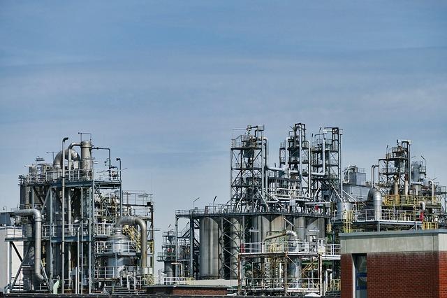 Analitycy: ceny ropy spadają; rynek czeka na kolejną decyzję OPEC+ - GospodarkaMorska.pl