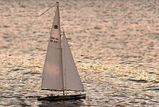 Pomorskie: 22-latek przestraszył się burzy i wyskoczył z jachtu, sternik był pijany - GospodarkaMorska.pl