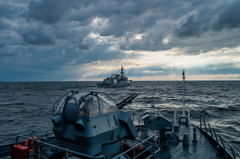 ORP Kormoran współpracował z pakistańską fregatą [ZDJĘCIA] - GospodarkaMorska.pl
