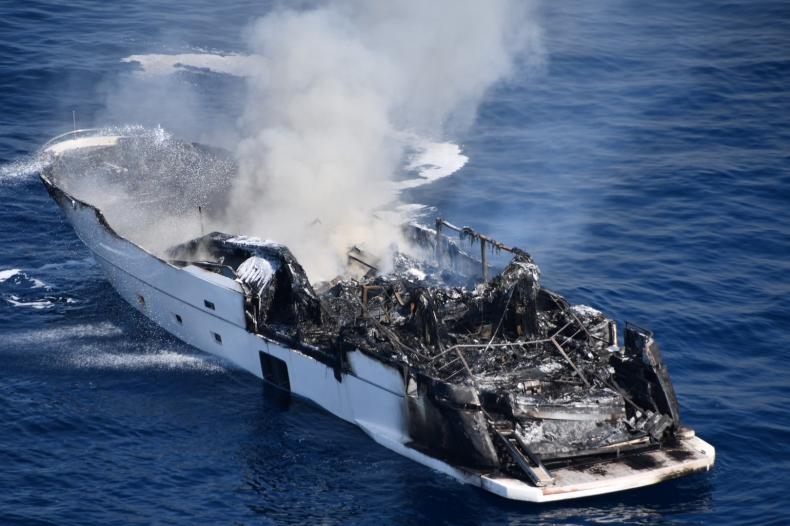 Superjacht Reine d'Azur doszczętnie spłonął u wybrzeży Francji [WIDEO, ZDJĘCIA] - GospodarkaMorska.pl