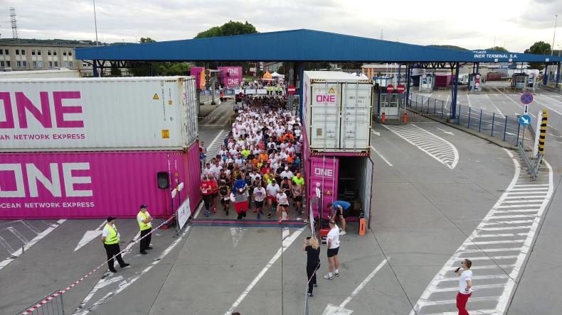 Terminal GCT w Porcie Gdynia stał się areną dla biegaczy. Kilkuset uczestników pierwszego biegu po terminalu kontenerowym w Polsce [foto, wideo] - GospodarkaMorska.pl
