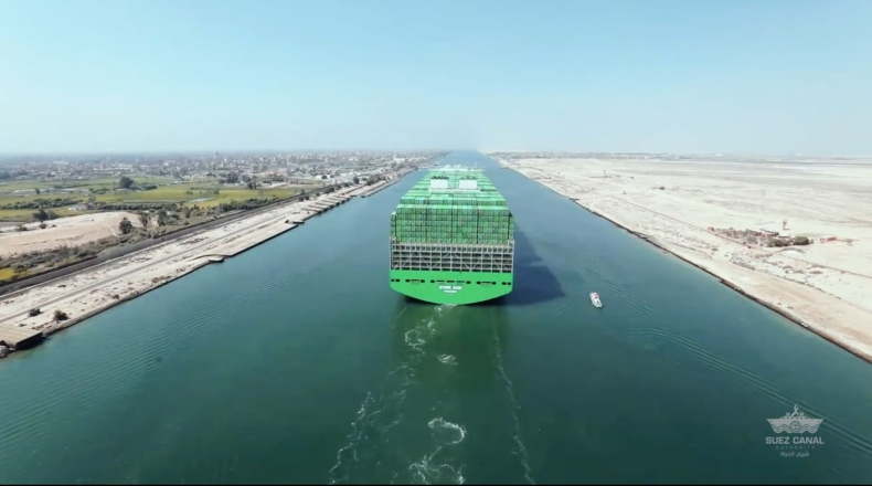 Największy kontenerowiec przepłynął przez Kanał Sueski [WIDEO] - GospodarkaMorska.pl