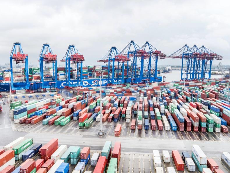 Chińska spółka przejmuje mniejszościowy udział w czołowym terminalu kontenerowym w Hamburgu - GospodarkaMorska.pl