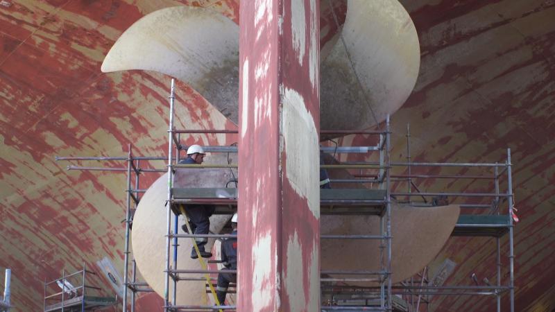 Demontaż 17-tonowej śruby okrętowej na statku Leopard Moon-GospodarkaMorska.pl
