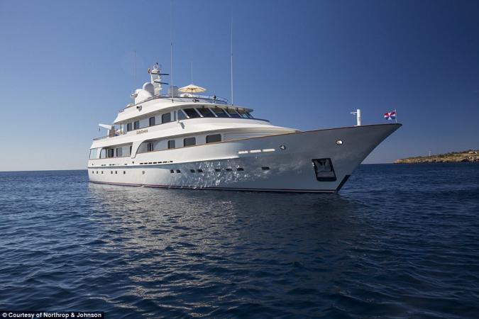 Lady Duvera. Cena wywoławcza: 12,1mln dol. Ponad 43 metrowy jacht został zbudowany w 2000 r. przez stocznię Hakvoort w Holandii.  Statek pomieści 10 osób w pięciu kabinach.-GospodarkaMorska.pl
