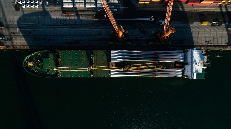 Port Gdynia staje się hubem przeładunkowym elementów turbin wiatrowych [foto, wideo]-GospodarkaMorska.pl