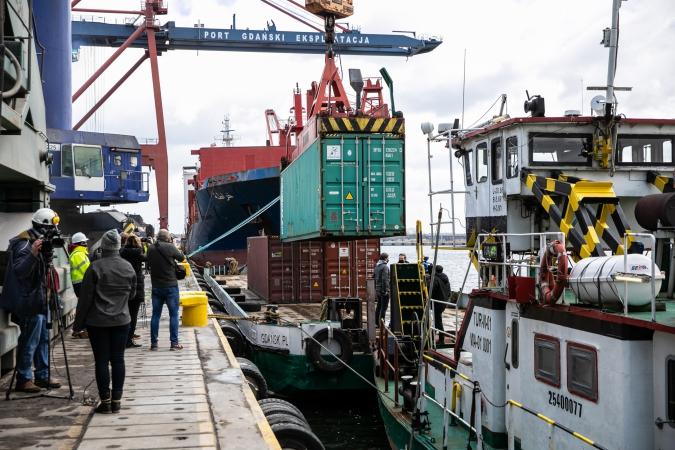 Kontenery na Wiśle - komercyjny rejs barki z Portu Gdańsk do Chełmna [wideo,foto]-GospodarkaMorska.pl