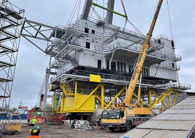 Montaż wielkiej trafostacji offshore - operacja wagi ciężkiej w Mostostalu Pomorze [wideo]-GospodarkaMorska.pl