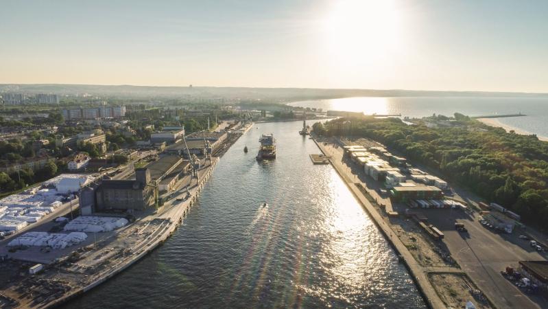 Mostostal Pomorze. Zobacz wypłynięcie 1000-tonowego giganta [wideo]-GospodarkaMorska.pl